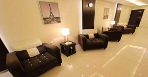 Uma área de estar em Meera Suite 2