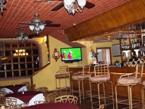 The lounge or bar area at Hotel La Hacienda de la Langosta Roja