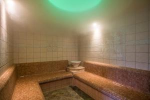 A bathroom at Alpenhof Hotel Garni Suprême