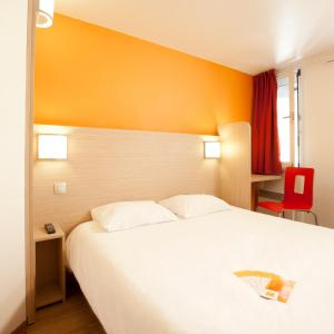 A bed or beds in a room at Premiere Classe Toulouse Sesquières