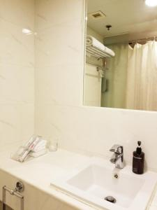 A bathroom at Travelodge Central, Hollywood Road