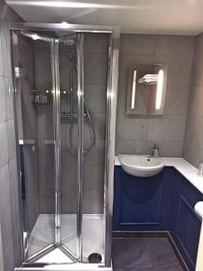 A bathroom at Garden Court Hotel