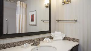 A bathroom at Hilton Garden Inn Louisville Downtown
