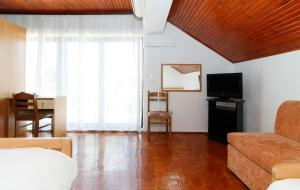 """A television and/or entertainment centre at Motel """"Tri lovca"""""""