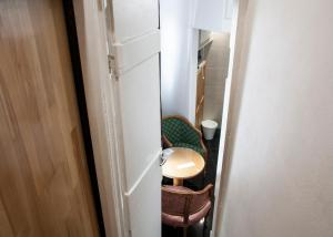 A bathroom at Caledonian Studio Flats