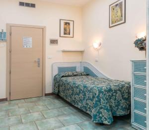 A bed or beds in a room at Hotel Elba