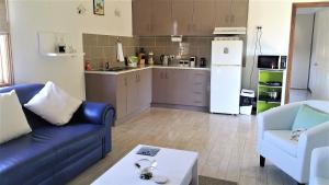 A kitchen or kitchenette at Must Love Dogs B&B & Self Contained Cottage