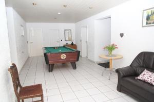 Ein Billardtisch in der Unterkunft Ferienhaus am Maibüsch - rollstuhlgerecht
