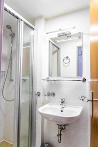 A bathroom at Schwanen Resort