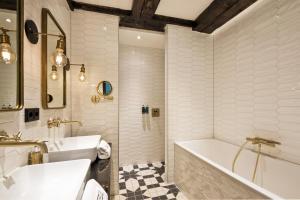 A bathroom at The Hendrick's Hotel