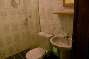 A bathroom at Zimbo Tropical