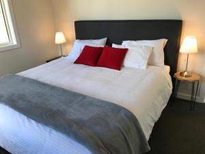 A bed or beds in a room at Arcadian Cabin - Southern Highlands River Retreat