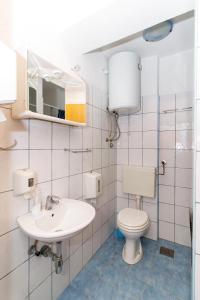 """A bathroom at Motel """"Tri lovca"""""""