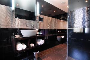 A bathroom at The Montcalm At Brewery London City