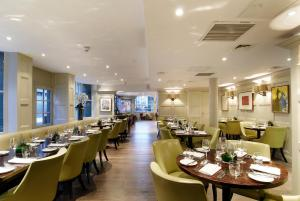 A restaurant or other place to eat at The Montcalm At Brewery London City