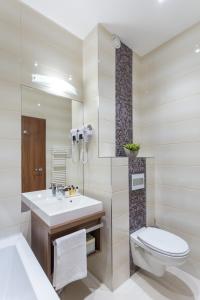 A bathroom at Outlet Hotel Polgár
