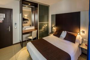 A bed or beds in a room at URH Excelsior