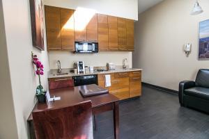 A kitchen or kitchenette at Pointe Plaza Hotel