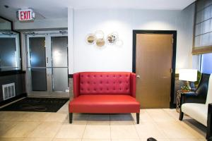 A seating area at Pointe Plaza Hotel