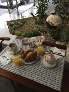 Options de petit-déjeuner proposées aux clients de l'établissement Hôtel Du Nord