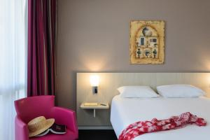 A bed or beds in a room at Mercure Thalasso & Spa Port Fréjus