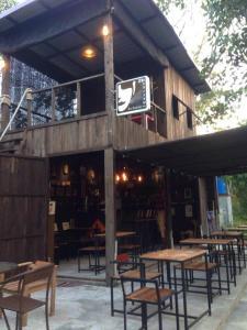 Ein Restaurant oder anderes Speiselokal in der Unterkunft The Shadow House & Bar