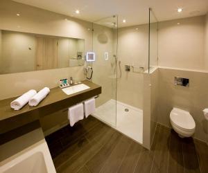 Ein Badezimmer in der Unterkunft Van der Valk Airporthotel Düsseldorf