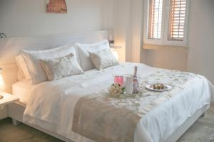 A bed or beds in a room at Hotel Boutique La Artilleria