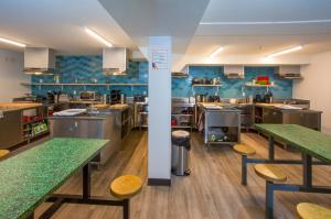 Un restaurante o sitio para comer en Jasper Downtown Hostel