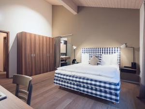 A bed or beds in a room at OVERLOOK Lodge by CERVO Zermatt