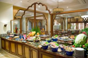 A restaurant or other place to eat at Avari Lahore Hotel
