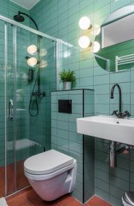 A bathroom at Swanky Mint Hostel