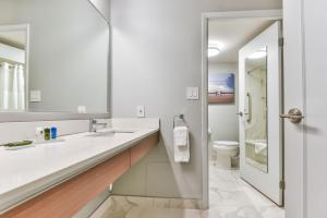 A bathroom at Radisson Suites Hotel Toronto Airport