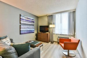 A seating area at Radisson Suites Hotel Toronto Airport