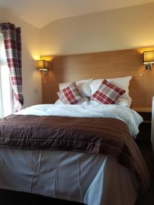 A bed or beds in a room at The Cliff Top Inn
