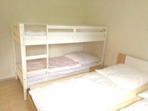 Ein Etagenbett oder Etagenbetten in einem Zimmer der Unterkunft Ferienwohnung Hochsauerland