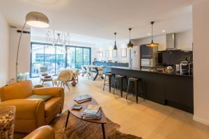 A restaurant or other place to eat at La Maison Odeia Bordeaux Centre