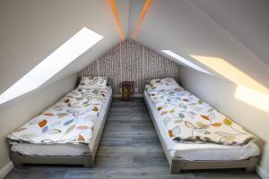 Łóżko lub łóżka w pokoju w obiekcie Apartamenty Kowary