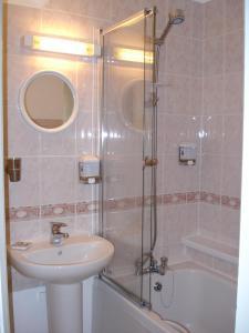 A bathroom at Croft House B&B