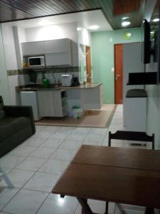 Una cocina o zona de cocina en Ajuricaba Suítes 8