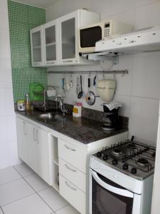 Una cocina o zona de cocina en Ajuricaba Suítes 3