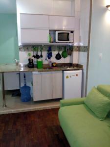 Una cocina o zona de cocina en Ajuricaba Suítes 7