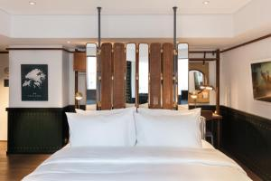 A bed or beds in a room at The Fleming Hong Kong