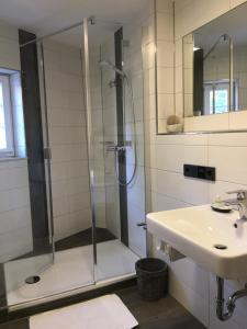 A bathroom at Gästehaus zur Sonne