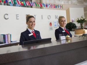 Лобби или стойка регистрации в Виктория Олимп Отель и бизнес-центр Минск