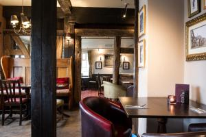The lounge or bar area at Innkeeper's Lodge Norfolk Broads, Horning