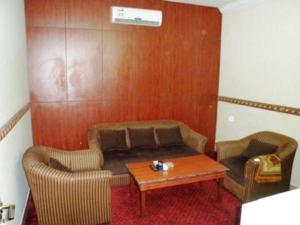 Uma área de estar em Al Farhan Hotel Suites - Al Salam