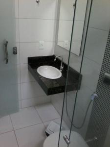 Um banheiro em Hotel e Locadora Vizon