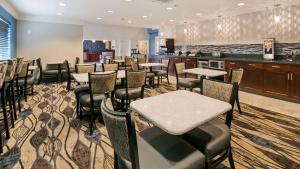 A restaurant or other place to eat at Best Western Plus Aberdeen
