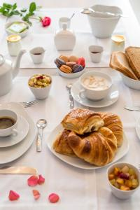 Breakfast options available to guests at Luxury Design Hotel Particulier le 28